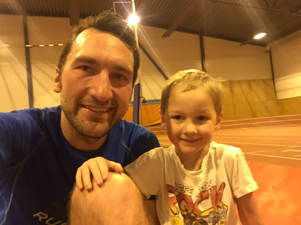 Elliot hängde med mig till hallen i veckan! Han tyckte det var kul att springa själv men långtråkigt att kolla på när vi körde våra intervaller...