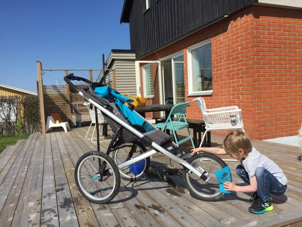 Elliot hjälpte till med förberedelser av vagn, som att tvätta den.