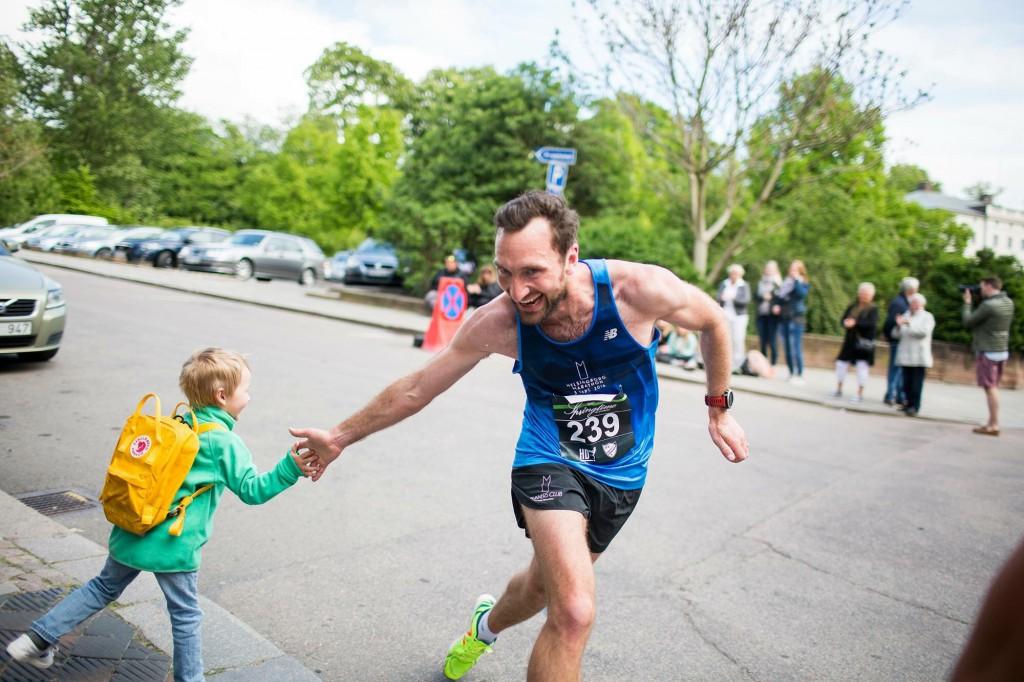 En bild på två av mina bästa saker här i livet. Familjen och löpning. Bilden tagen av min fru Lisa på mig och min son Elliot